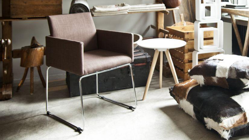 fauteuil avec pieds en métal