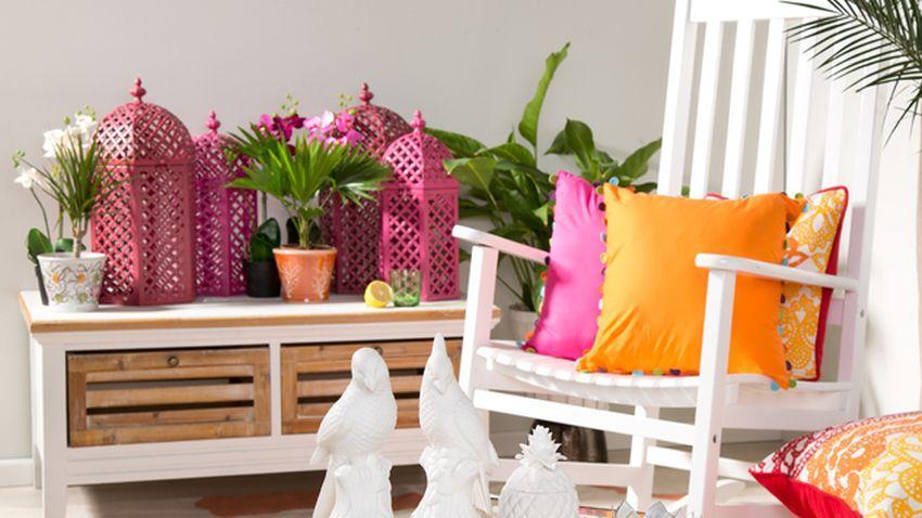 Lanternes roses sur meuble blanc et bois