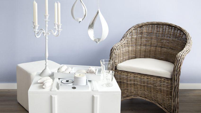 fauteuil rotin et décoration blanche