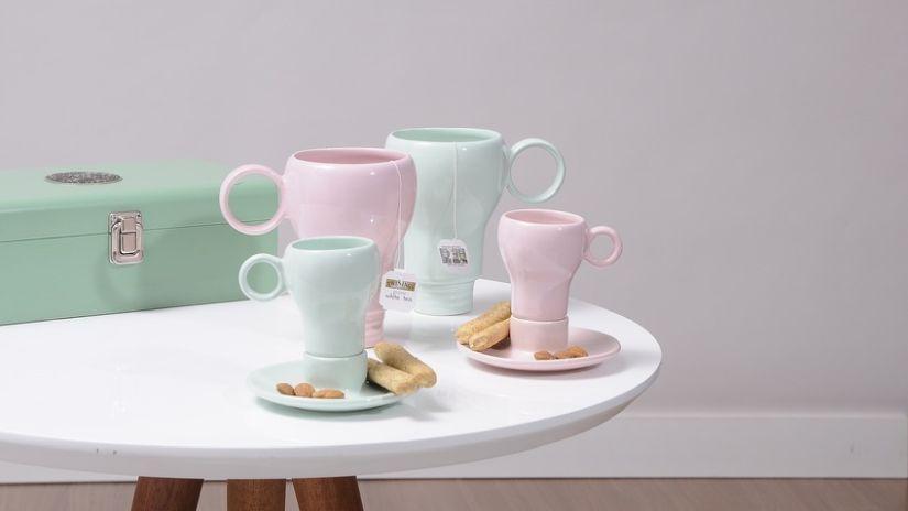 Tasses de couleur pastel en porcelaine