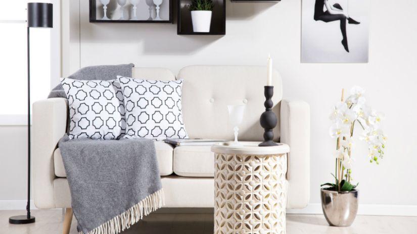 Gros coussin gris à motifs
