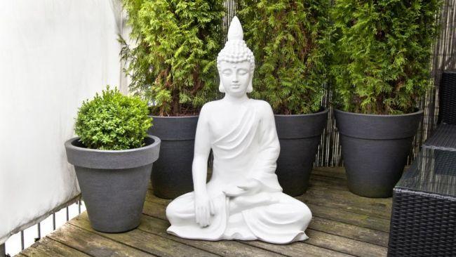 Statue de Bouddha dans jardin zen