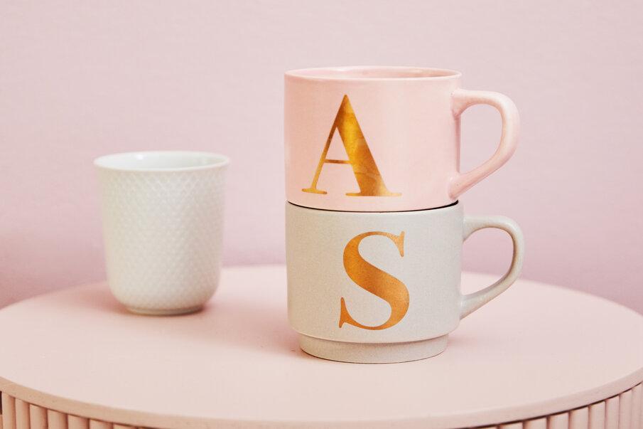 mug rose et doré avec lettre