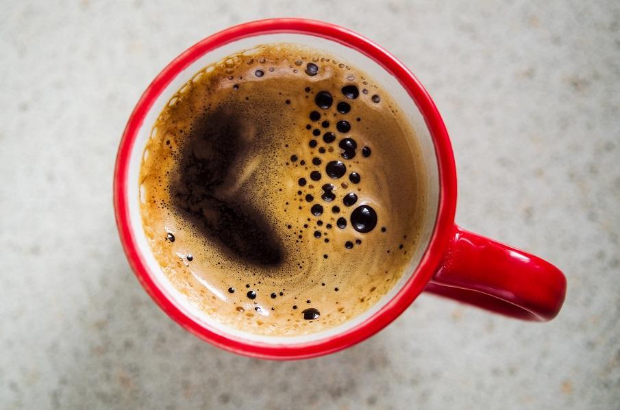 mug rouge de café