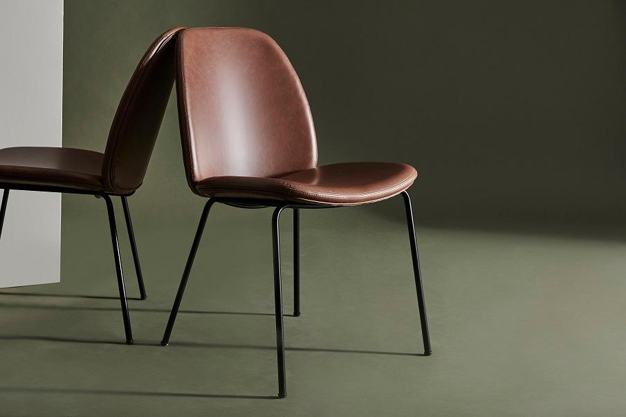 chaise en cuir design sur fond vert