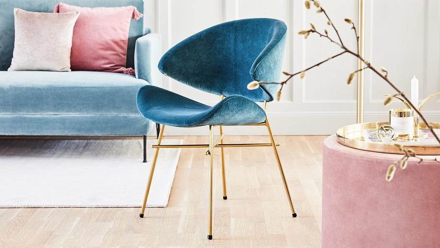 chaise en velours bleu et pieds dorés