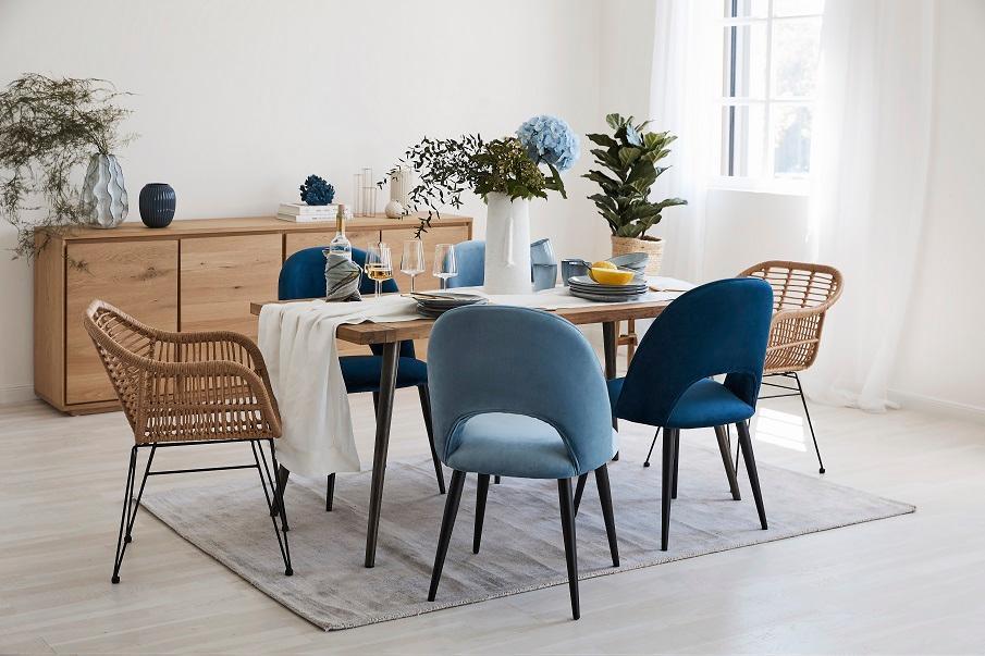 fauteuils dépareillés autour d'une table de salle à manger