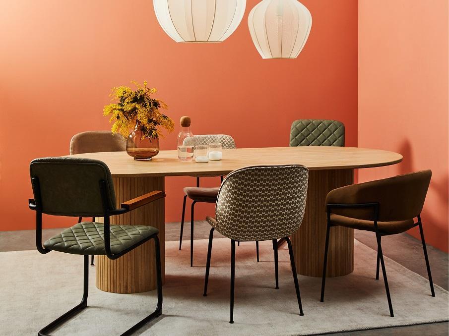 chaises et fauteuils design autour d'une table de séjour