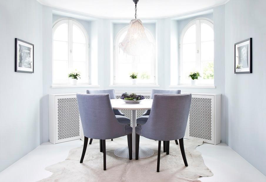 fauteuils gris et table de salle à manger ronde