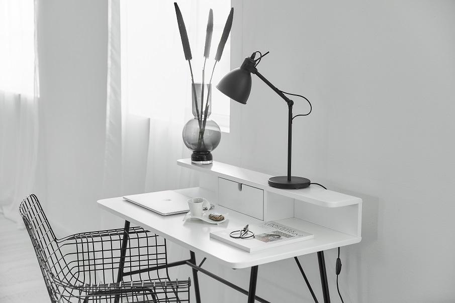 bureau blanc de petite taille avec des pieds noirs