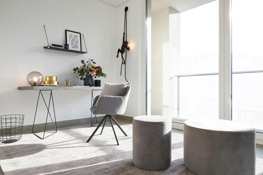 bureau gris design avec chaise et pouf