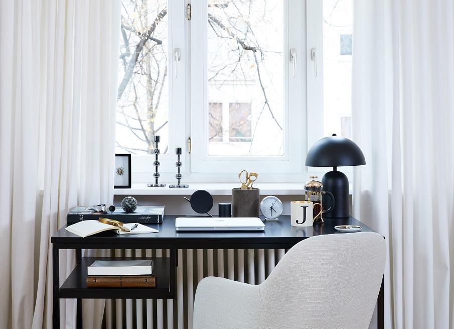 bureau noir design devant une fenêtre