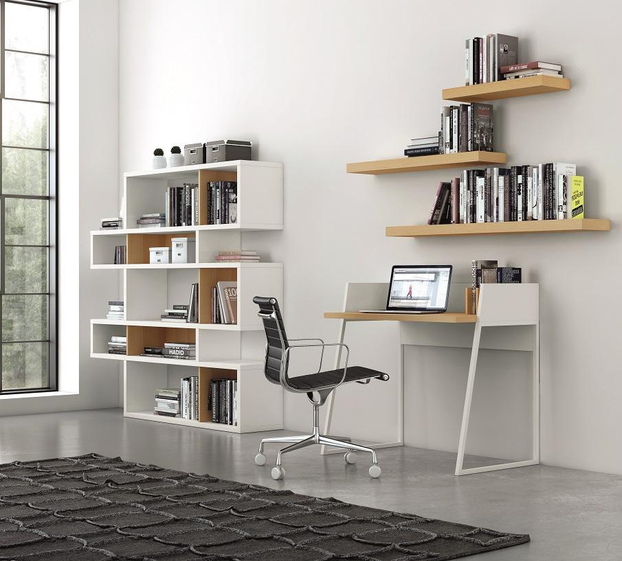 petit bureau bois et blanc style scandinave avec des étagères