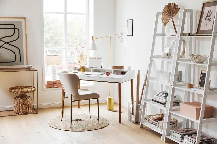 bureau scandinave avec une chaise beige et une étagère échelle