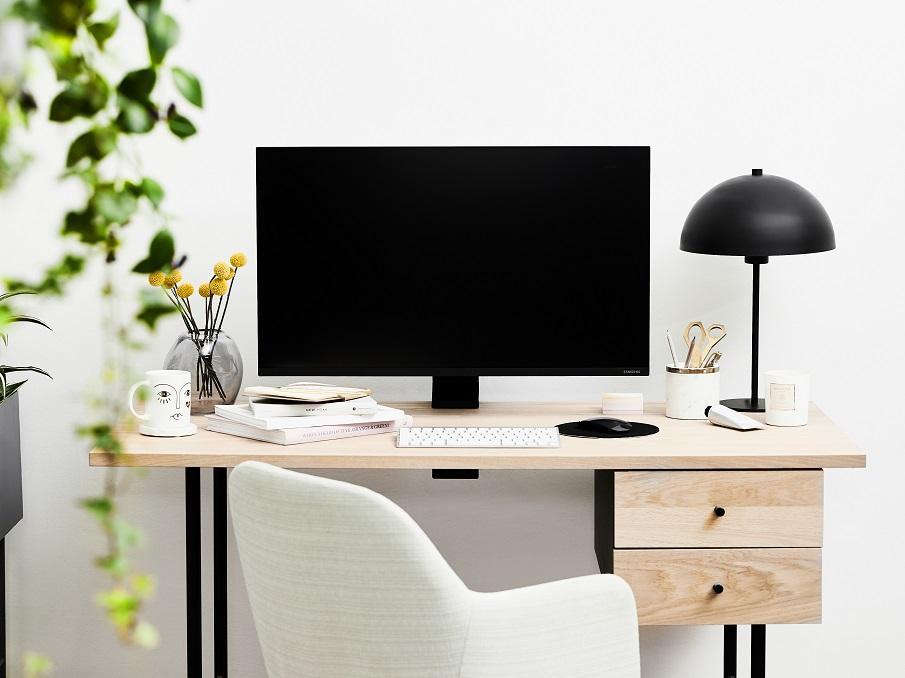 bureau bois et noir avec écran ordinateur et lampe champignon noire