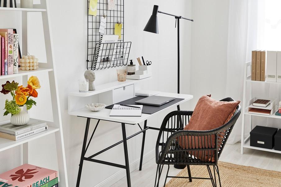 petit bureau blanc et noir avec chaise noire en rotin