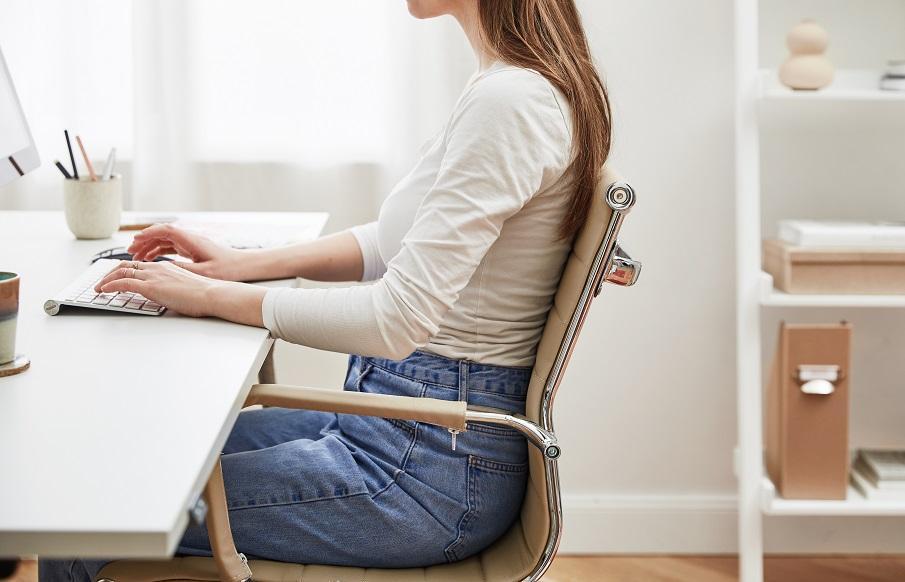 chaise de bureau en cuir beige design avec accoudoirs