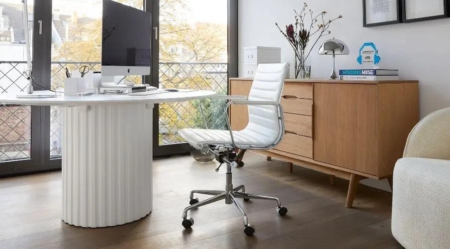 chaise de bureau blanche en cuir à roulettes avec accoudoirs