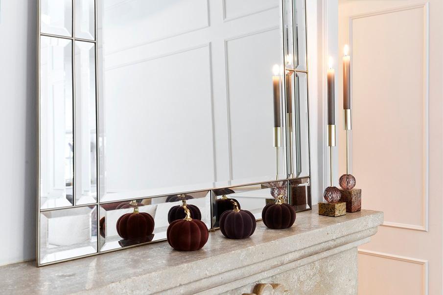 grand miroir à poser argenté sur une cheminée