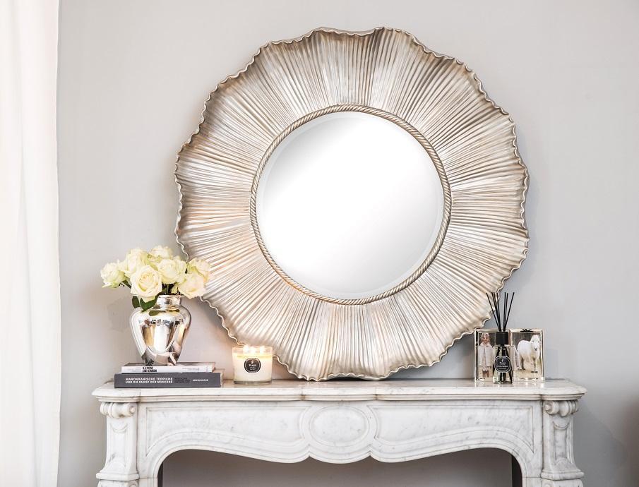 miroir baroque rond argenté sur cheminée