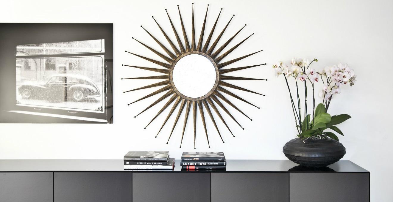 Specchio con cornice rossa