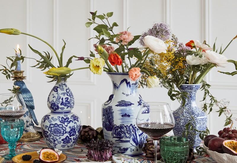 Wit met blauwe vazen met veldbloemen