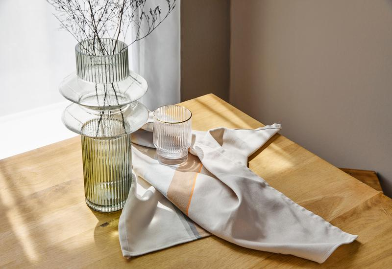 groene design vaas op een houten tafel