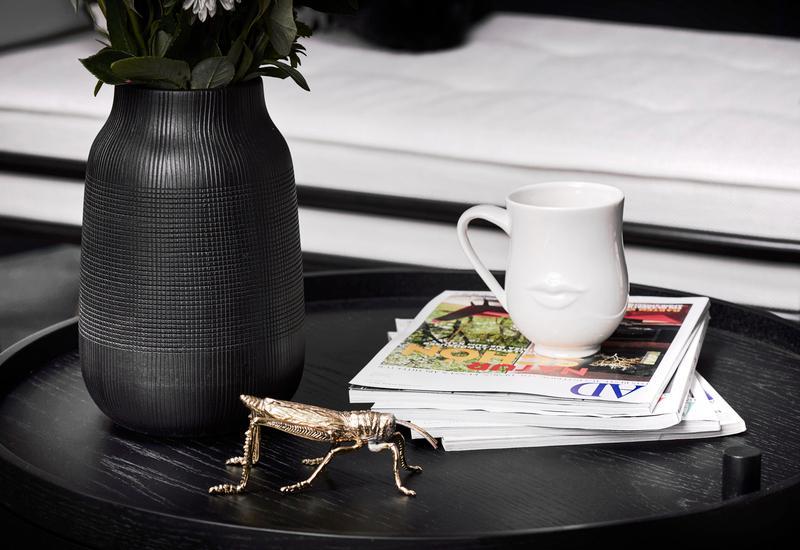 Zwarte vaas op salontafel