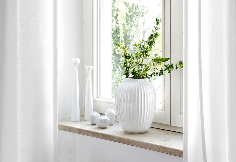 Witte vaas in een houten erker