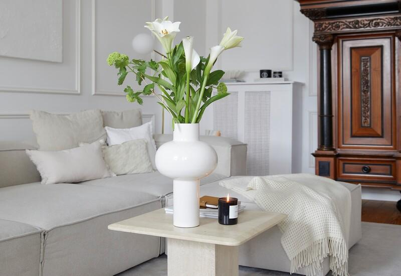 witte grote vaas op een stenen tafel