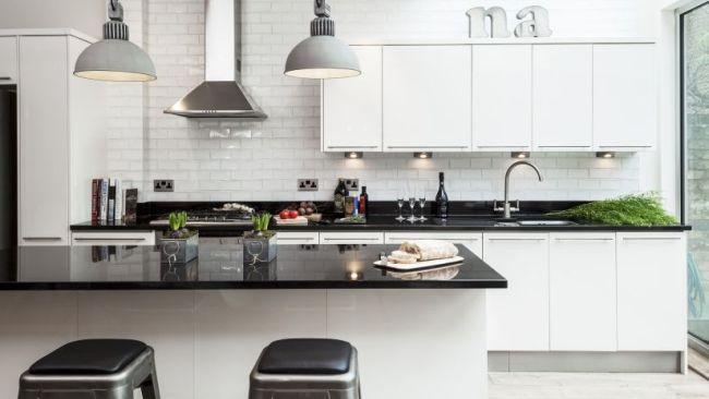 hoogglans zwart aanrechtblad in moderne keuken
