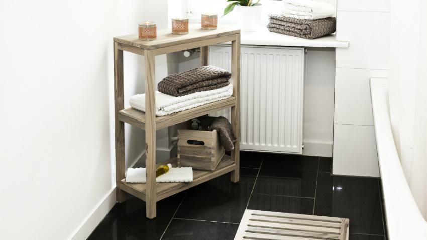 landelijke badkamer houten kastje accessoires kaarsen handdoeken