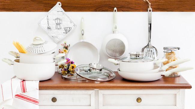 witte keuken klassieke stijl pannen bloemen