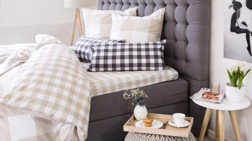 lichte dekbedovertrek ruit op gecapitonneerd bed