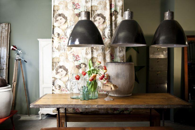 vintage hanglampen boven houten eettafel