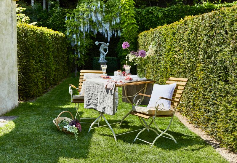 vierkante tuintafel in groene tuin