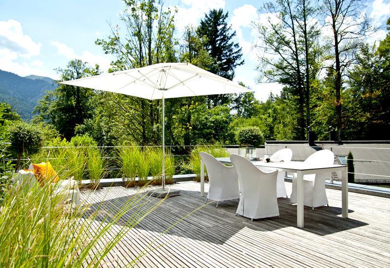 Grote witte tuintafel in groene tuin