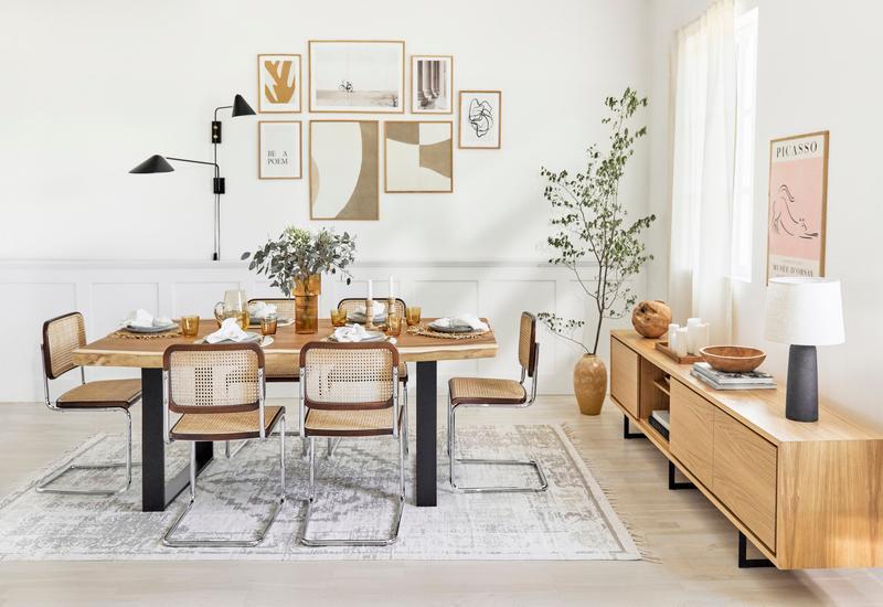 Zwarte neron design wandlamp in woonkamer