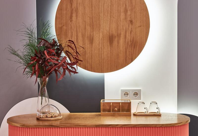 Ronde houten wandlamp boven dressoir