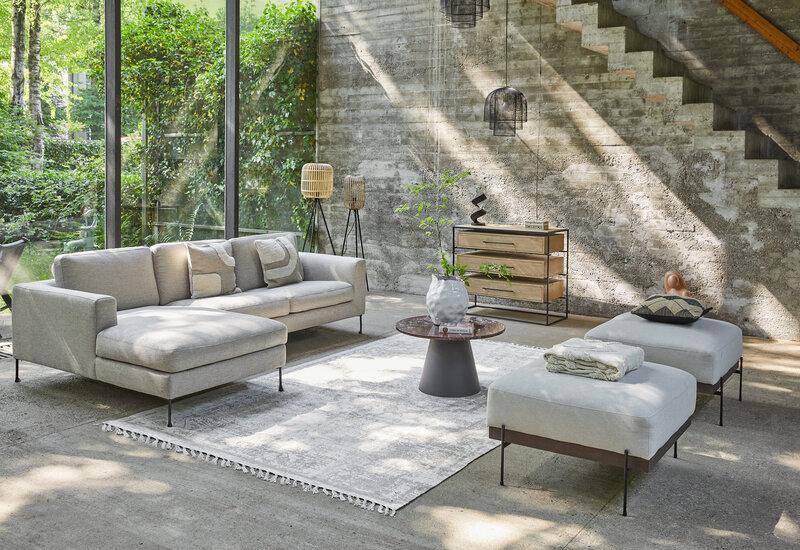 grijze hoekbank voor grote ramen