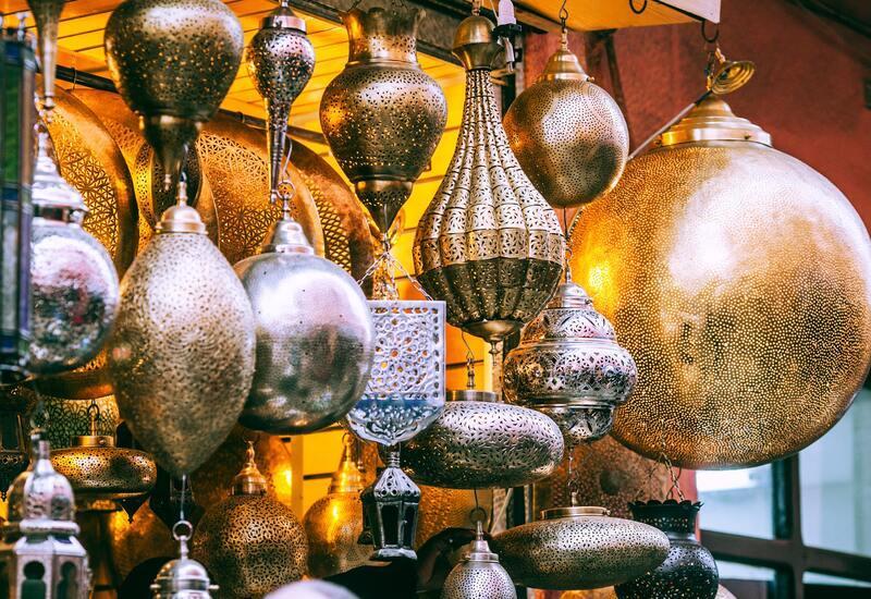 Verschillende marokkaanse wandlampen in een winkel
