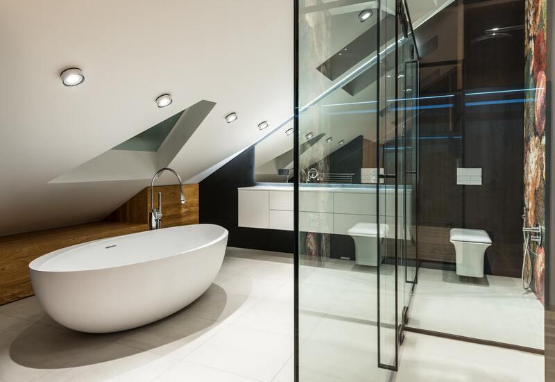 Moderne wandlampen in lichte badkamer
