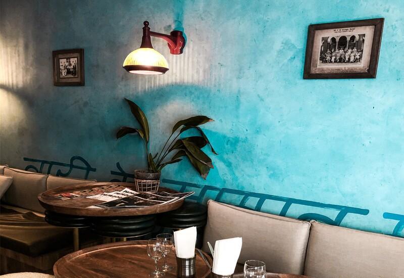 Wandlamp RVS tegen blauwe muur