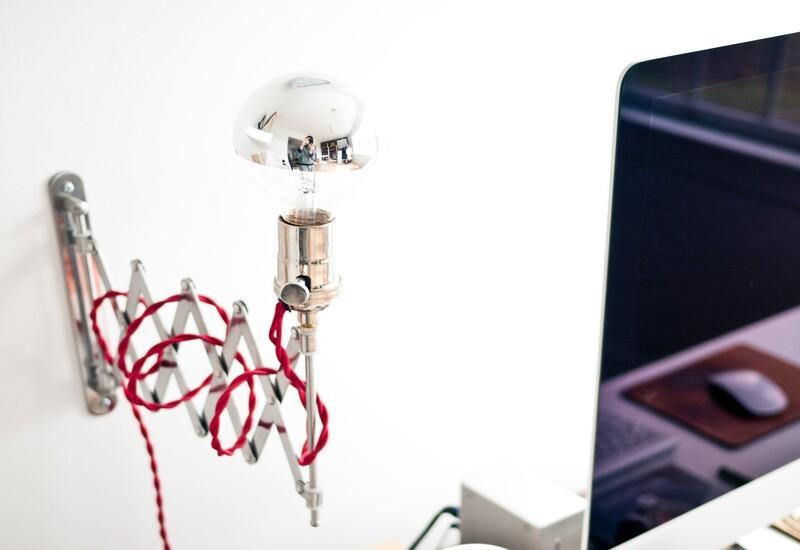Uittrekbare wandlamp boven een bureau