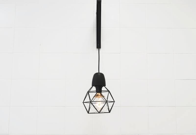 Zwarte wandlamp aan witte muur