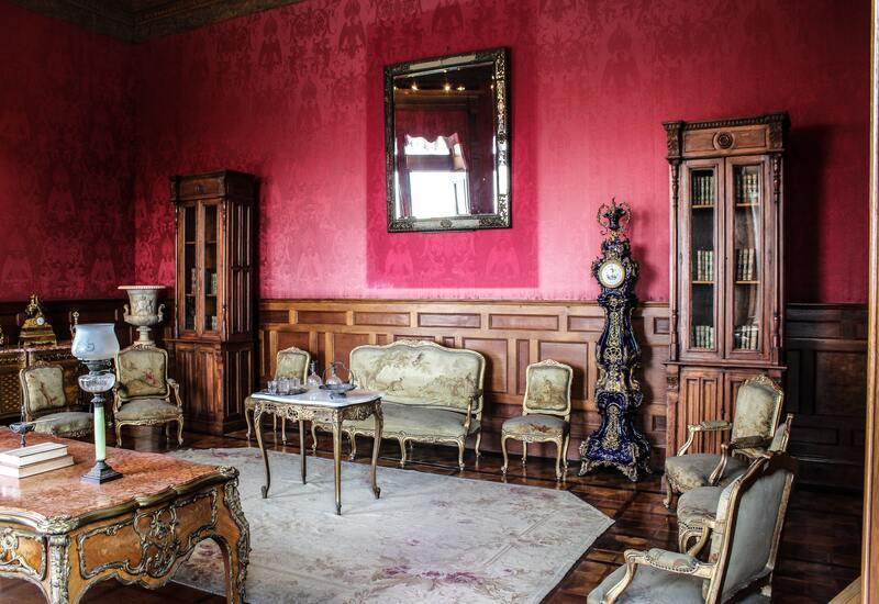 Antieke salontafel in klassiek ingericht huis