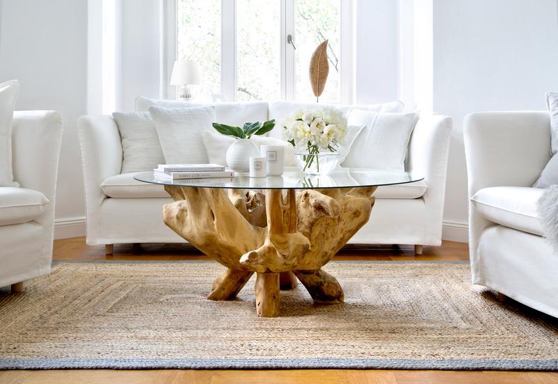 Boomstam salontafel in woonkamer met lichte bank