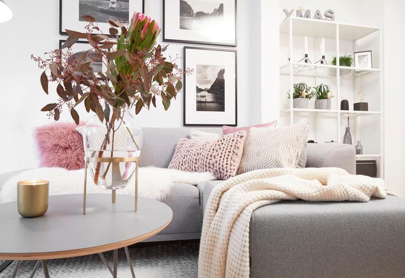 Ronde grijze salontafel in woonkamer met grijze bank