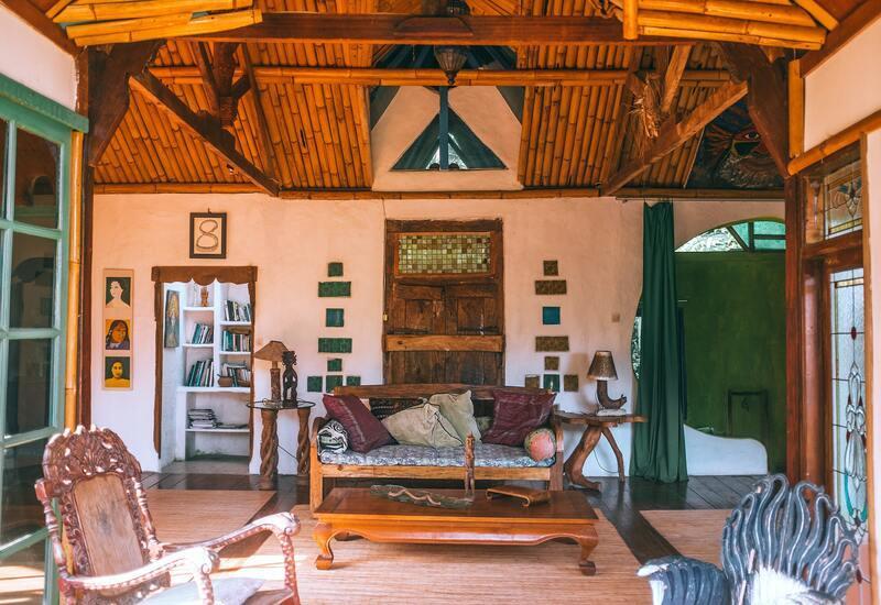 Houten koloniale salontafel in huis in oosterse stijl