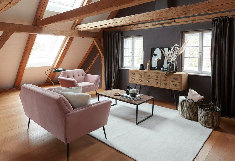 Robuuste salontafel van hout in woonkamer
